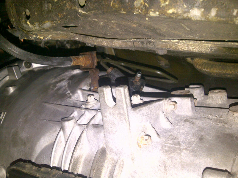How do you troubleshoot the slave cylinder for a clutch?